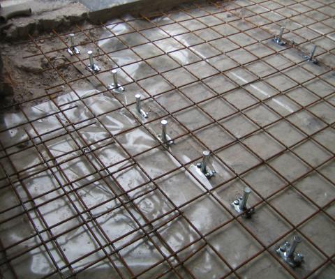 Connettori fissati alle travi in acciaio