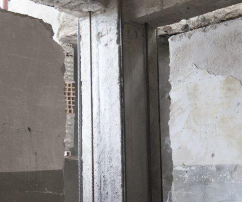 Pilastro d'angolo con posizionamento barre longitudinali passanti